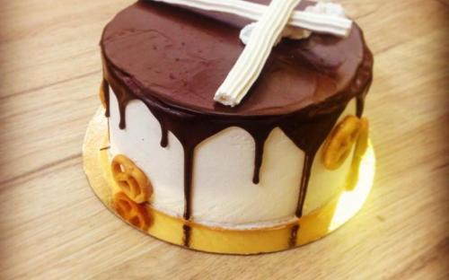 Торт шоколадный с безе и грецким орехом, верх горький шоколад