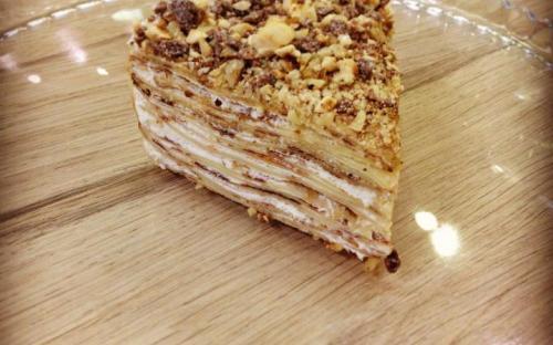 Блинный торт. сливочная карамель с грецким орехом и шоколадом